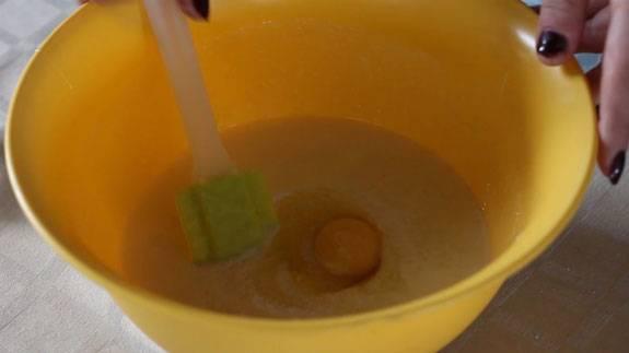 2. Добавляем яйца, продолжаем замешивать тесто. Удобно делать это при помощи специальной силиконовой лопаточки.