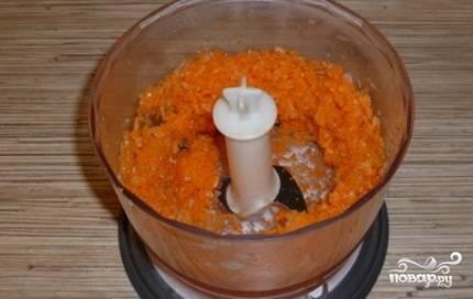 Очистить лук и морковь и измельчить их блендером.