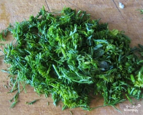 3.Вымойте зелень, удалите примятые и поврежденные листочки, очистите от мусора. Мелко порежьте зелень ножом.