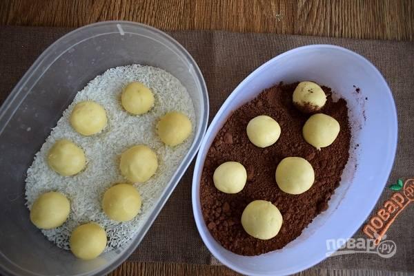 Руки помойте и обсушите. Отщипните от помадки кусочек, скатайте шарики. Обваляйте половину шариков в какао-порошке, а вторую в кокосовой стружке. По желанию внутрь шарика можно закатать орешек. Поставьте получившиеся шарики в холодильник на 5  часов. Нам показались они более вкусными на следующий день.