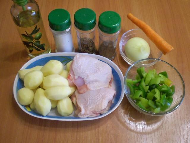 Очистите овощи, вымойте. Бедра куриные вымойте и обсушите салфеткой.