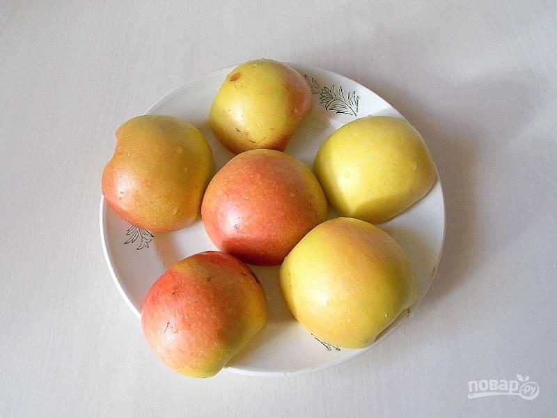 Вымойте яблоки и обсушите насухо. Разрежьте пополам, удалите сердцевину и уложите на тарелку срезом вниз. Поставьте в микроволновку на 15 минут, при мощности 800 Вт, до размягчения.