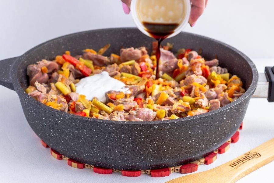 Затем добавьте соевый соус, сметану, 0,5 стакана бульона, посолите по вкусу и тушите 10-15 минут на медленном огне. Не нужно готовить до состояния, когда весь бульон выпарится, он должен остаться в виде подливки.