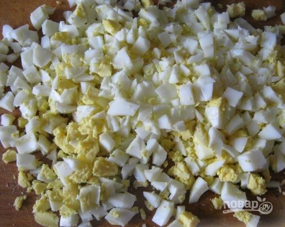 4. Затем даем остыть яйцам, языку и овощам, после чего приступаем к нарезке.