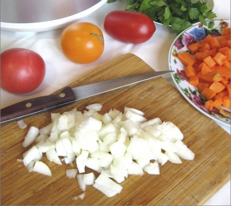 3. Чистим и нарезаем морковь и лук. Морковь я шинкую также небольшими кубиками - так красивее в готовом блюде.