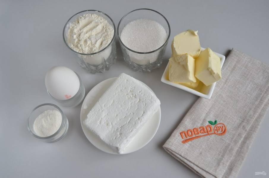 1. Подготовьте продукты для печенья. Масло должно быть не слишком мягким, иначе муки потребуется больше и потеряется мягкость печенья.