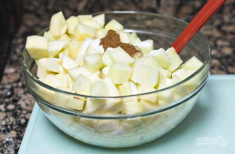 3.Нарежьте каждое небольшими кусочками, удалив семена и хвостики. Смешайте их с корицей, сахаром, лимонным соком и крахмалом.