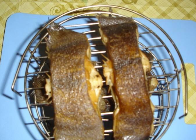 Поставьте палтус в коптильню, закройте крышку и включите режим горячего копчения на 20 минут.  Готовую рыбу слегка остудите.