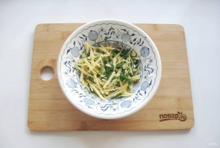 Сыр натрите на терке, а укроп мелко нарежьте. Выложите в миску и перемешайте. Это начинка для котлет.