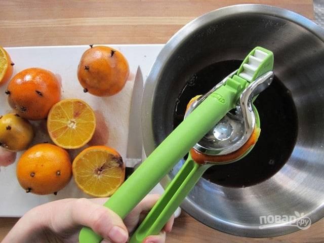 Спустя отведённое время, фрукты разделите пополам. Выжмите из них сок в винный напиток.