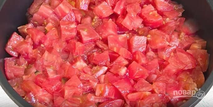 Помидоры (примерно 3 штуки) нарежьте кружочками. Из остальных (5 штук) будем готовить соус. Сделайте на них крестообразные надрезы. Ошпарьте кипятком, очистите от кожуры и нарежьте небольшого размера кубиками. На среднем огне протушите 5-7 минут. После добавьте к ним измельченный чеснок, сахар, уксус и ещё немного протушите.