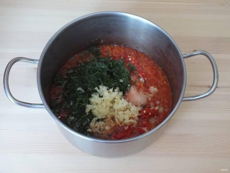 К проваренной массе добавьте измельченный перец, укроп, соль, масло и пропущенный через пресс чеснок. Поставьте на огонь и варите на малом огне после закипания 20 минут, периодически помешивая. За 3 минуты до окончания варки, добавьте уксусную эссенцию, перемешайте.