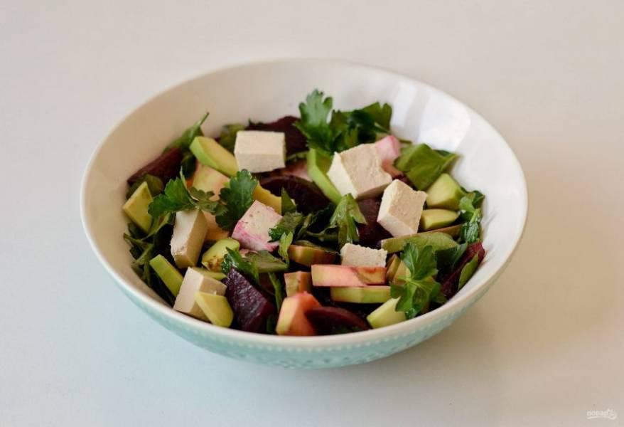Заправьте салат оливковым маслом и лимонным соком. Посолите, поперчите и перемешайте.