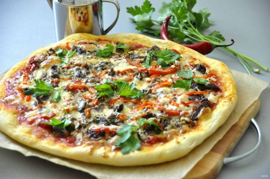 На готовую пиццу выложите веточки зелени перед подачей.