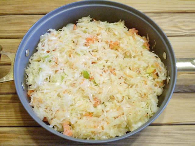 6. Последний овощной слой - капуста. Я заранее её тонко нашинковала и примяла руками, чтобы она быстрее дала сок.