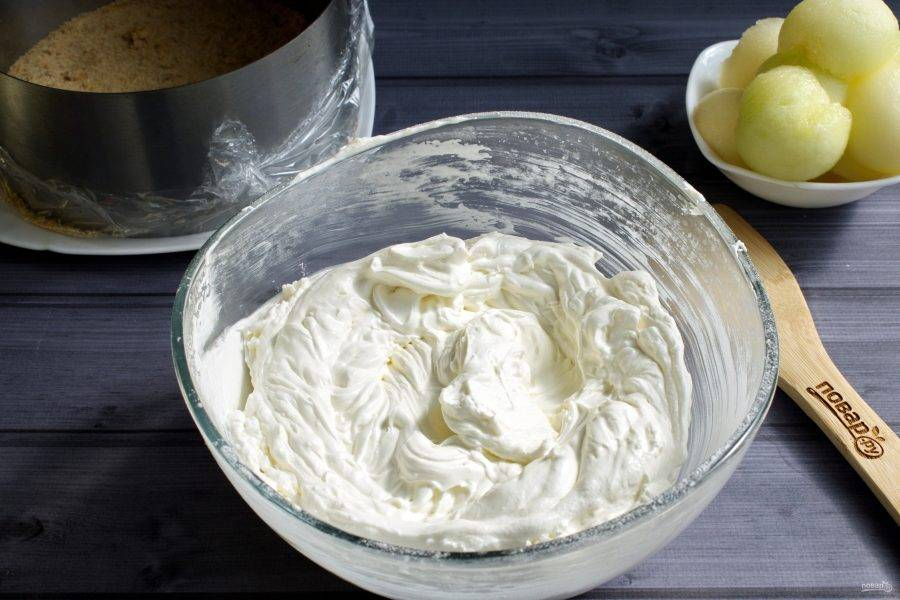 Сливки (400 мл) взбейте в устойчивую пену, добавьте сахарную пудру и взбейте до стойких пиков.