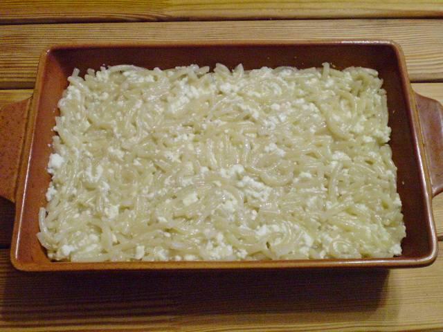 8. Форму для запекания заполняем макаронно-творожной массой. Разравниваем.