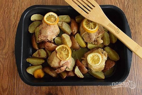 Затем перемешайте и запекайте еще 25 минут до готовности мяса и картофеля.