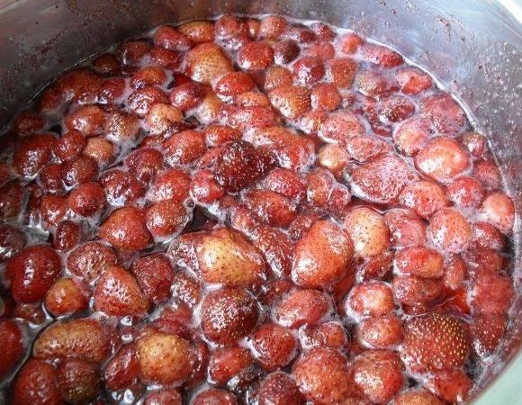 4. Засыпанную ягоду нужно оставить примерно на 1 час. Когда она пустит сок, отправить ее на огонь и довести до кипения. Снять с огня и оставить до полного остывания (примерно на 4-5 часов). После снова довести до кипения, постоянно помешивая.