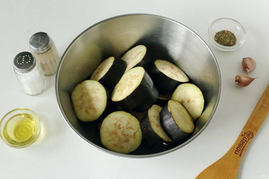Баклажаны промойте, нарежьте кружочками шириной 1,5-2 см. и сложите в глубокую миску.