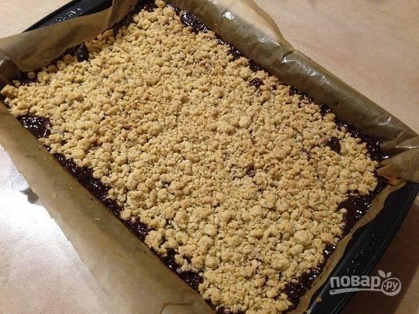 12. Запекаем еще минут 30-35, до золотистого верха. Затем пирог должен остыть и постоять пару часов, чтобы карамель в начинке загустела.