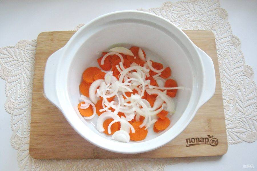 Лук очистите, помойте и нарежьте. Добавьте в кастрюлю к моркови.