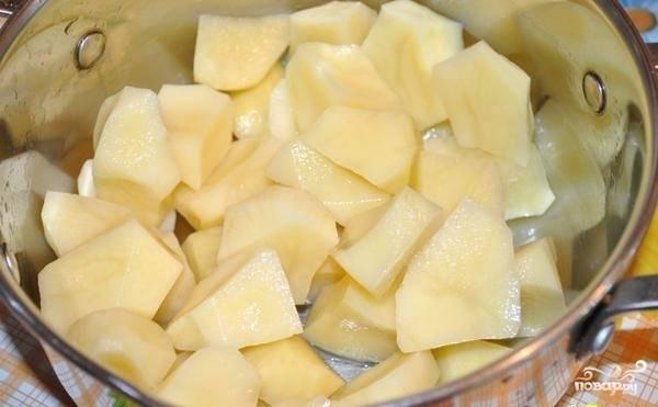 2.Картошку чистим и моем, нарезаем крупным кубиком и кладем в кастрюлю к мясу, варим до полуготовности.