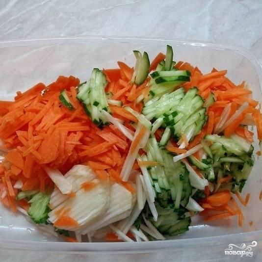 Смешиваем огурцы, морковь и топинамбур в салатнице. Туда же добавляем зеленый консервированный горошек.