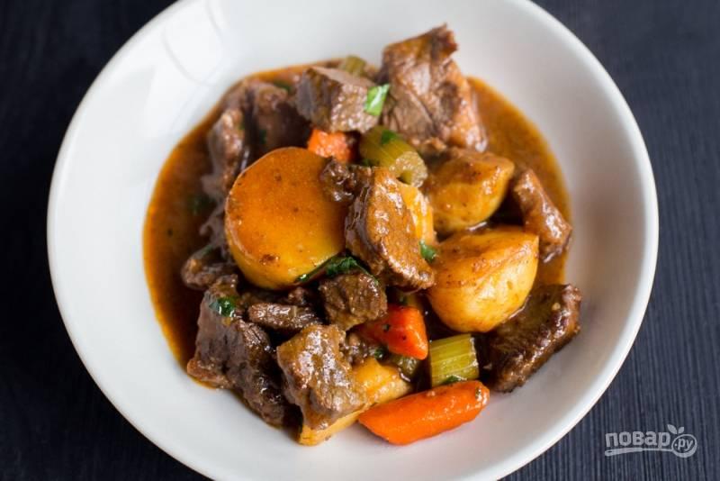 4.Выложите блюдо в тарелку и украсьте петрушкой, подавайте горячим. Приятного аппетита!