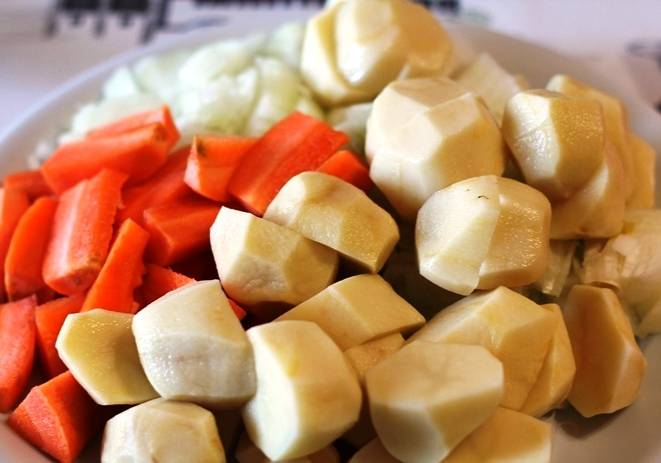 Порежьте морковь и картофель.