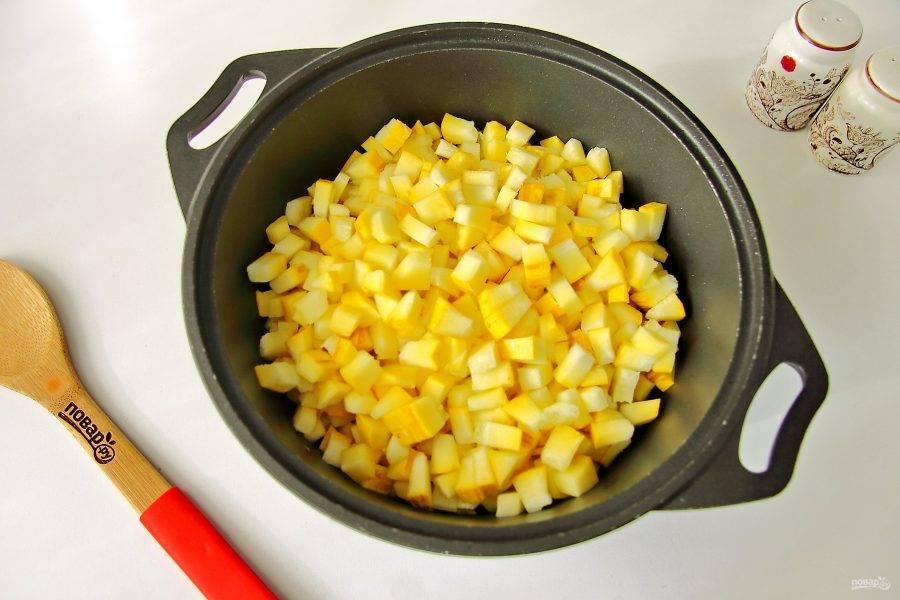 И следом добавьте кабачок. Тушите все вместе до мягкости 7-10 минут.