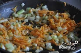 5.Добавляем морковь в сковороду, обжариваем.