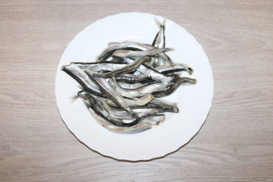 Рыбу помойте, почистите, удалите голову и внутренности.