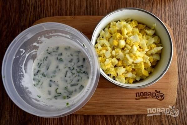 Для заправки смешайте лимонный сок, йогурт, сахар, карри, соль, перец, измельченную кинзу. Отварные яйца остудите, очистите и нарежьте мелкими кубиками.