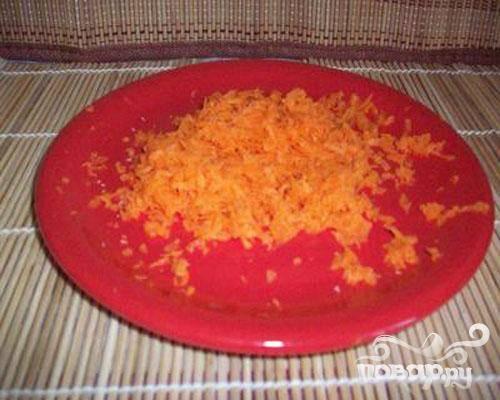 4.Очищаем морковку и натираем ее на терке. Затем немного надо морковь обжарить.