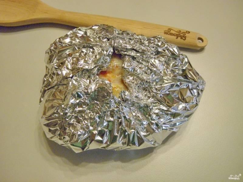 Расстелите на столе фольгу, положите на неё грудку, мясо заверните в фольгу. Оставьте небольшое отверстие для выхода пара.