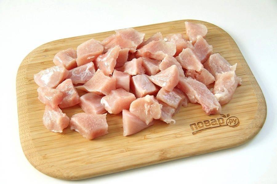 Куриное филе разморозьте и нарежьте небольшими кусочками (на один укус).