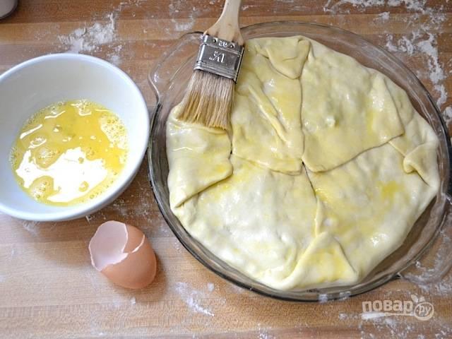 9. Заверните края и смажьте взбитым яйцом тесто. Отправьте простой слоеный пирог со шпинатом в разогретую до 190 градусов духовку.