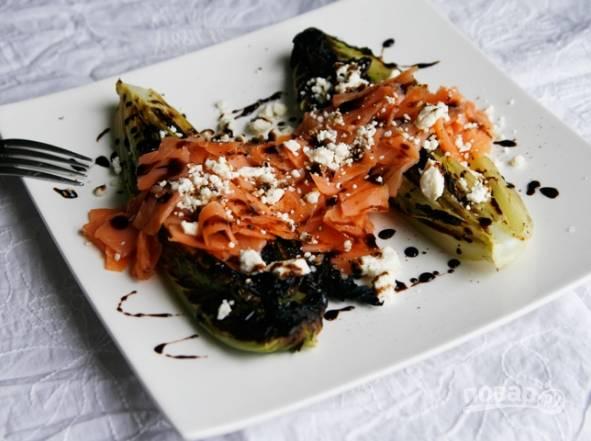 4.Выкладываю салат на тарелку срезом вниз, выкладываю кусочки семги, поливаю бальзамическим уксусом, руками крошу сверху фету и подаю блюдо к столу.