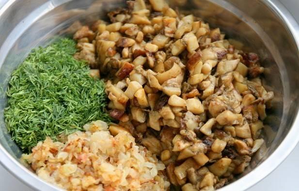 Теперь перекладываем грибы в миску, а на сковороде жарим нарезанный мелко репчатый лук до золотистого цвета. Потом перекладываем его в миску с грибами, добавляем измельченный укроп, солим и перчим, перемешиваем все.