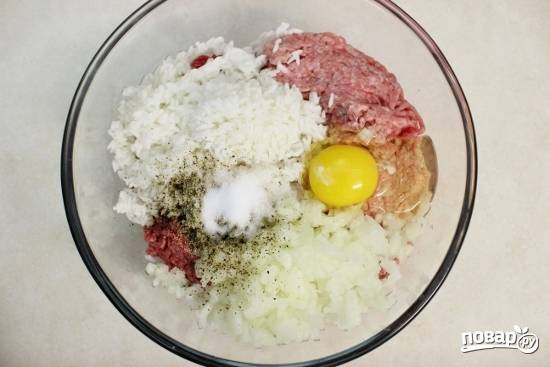 1. С фаршем все довольно традиционно: вымойте и просушите мясо, пропустите его через мясорубку. Добавьте измельченный лук, соль и перец по вкусу, яйцо. Рис отварите до полуготовности и выложите в мисочку.
