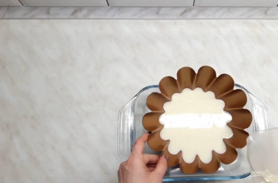 2. Затем добавьте 1/3 часть набухшего желатина и, не прекращая помешивать, доведите массу до однородного состояния. В форму залейте первый слой пасхи (можете поставить форму под углом).