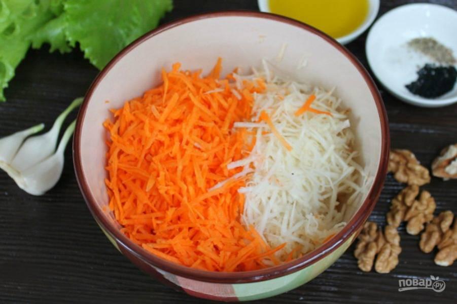 Морковь и корень сельдерея чистим, трем на терке и высыпаем в пиалу.