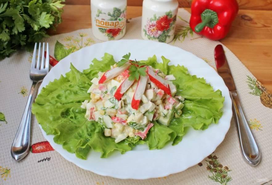 Салат с крабовыми палочками и зеленью готов. Подавайте на закуску.