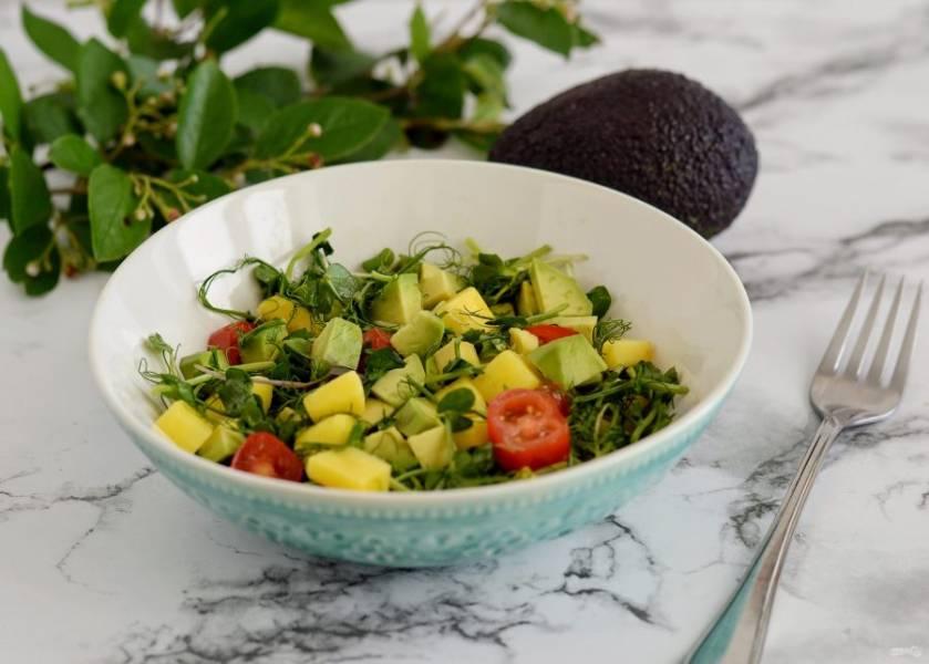 Салат с авокадо и манго готов, приятного аппетита!