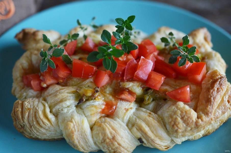При подаче выложите сверху томатную сальсу и украсьте зеленью.