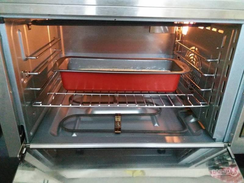 7. Налейте тесто в смазанную маслом формочку для выпекания, готовьте хлеб 50-55 минут при температуре 200 градусов.