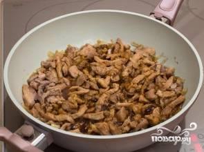 Добавьте соевый соус, перец, обжаривайте на медленном огне еще 25 минут, периодически помешивая.