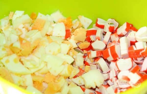 5. Готовые яйца остудите, очистите и также измельчите.