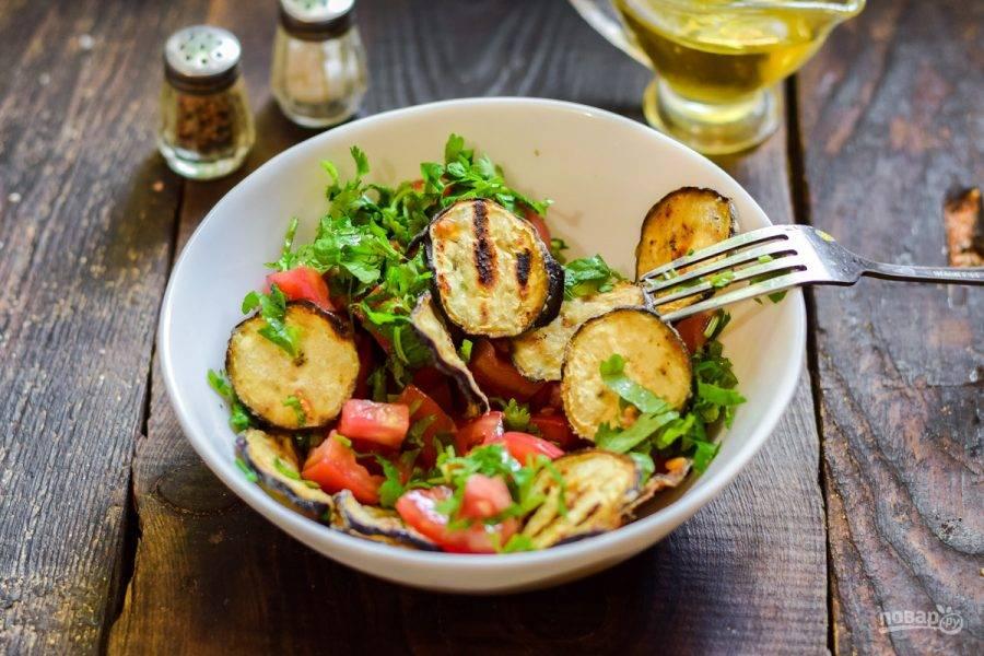Перемешайте. Хрустящие баклажаны с помидорами и кинзой готовы.